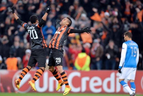 51_douglas_costa_and_his_teammate_alex_teixeira.jpg (39.68 Kb)